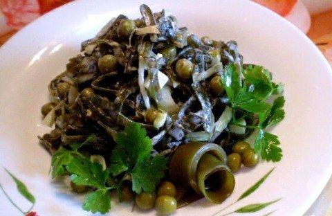 Простой салат из морской капусты, лука и горошка
