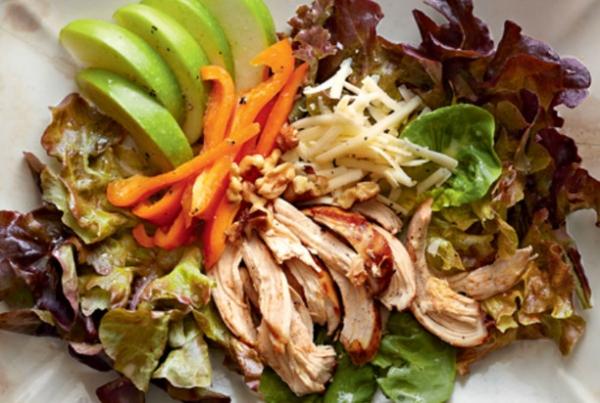 Салат из запеченной курицы, яблок и сыра с грецкими орехами